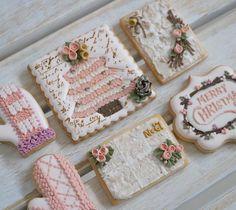 クリスマスクッキー。 11月後半〜12月のレッスンはこちらです。 簡単バラ絞り、ニットの手袋、レンガ風テクスチャー、スタンプ、エンブロイダリーのツリー、松ぼっくり、プレッシャーパイピング(鐘)です。 #icngcookie#decoratedcookie #sugarcookie #christmascookies