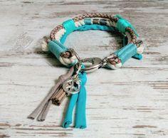 Für alle die es extravagant, ein bisschen verrückt und einzigartig möchten, gibt es das Hundehalsband *VAGABOND* im Boho/Hippie Style.  Die verarbeiteten Materialien sind unbehandeltes Baumwollseil, Lederband und Textilgarn (hundefreundliche Produkte). Das Halsband wird in aufwändiger, detailreicher und liebevoller Handarbeit gefertigt. Karabiner und Ring können in silber oder gold gewählt werden.  Das Halsband wird in Wunschgröße gefertigt. Lieferzeit ca. 10-20 Werktage.  Preise: XS (bi...