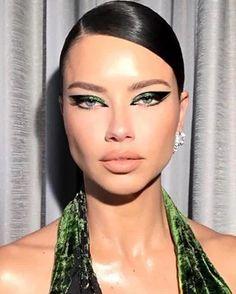 Adriana Lima Green Eyeliner Makeup Look Makeup Looks For Green Eyes, Holiday Makeup Looks, Green Makeup, Makeup Trends, Makeup Inspo, Makeup Inspiration, Makeup Ideas, Cute Makeup, Glam Makeup