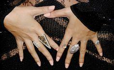 Mix de anéis. Tendência fácil de usar! Rihanna, Yasmin Brunet e Beyoncé são adeptas da tendência.