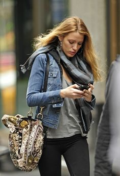 (Blake Lively) Inspiration: Black Jeans + Faded Denim Jacket + Tee + Print Bag + Snood, Scarf, or Statement Necklace