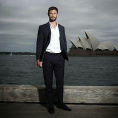 Chris Hemsworth doing press for Thor Ragnarok in Australia. Snowwhite And The Huntsman, Hemsworth Brothers, Chris Hemsworth Thor, The Mighty Thor, People Magazine, Extinct, Dream Guy, Abundance, Random Things