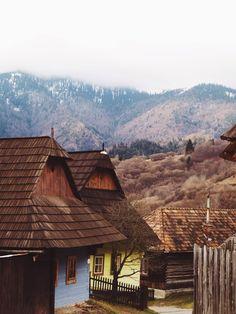 Pontosan+1376-ban+említi+először+a+történetírás+Farkasd,+azaz+Vlkolinec+község+nevét,+igaz,+úgy,+mint+Rózsahegy+(Ružomberok)+egyik+utcáját.+A+mai+Szlovákia+területén+található+kis+szépség+minden+partizán+álma,+amely+megéri+a+kitérőt,+ha+valaki+a+Magas-Tátra+felé+venné+az+irányt. Cabin, Minden, House Styles, Buildings, Travel, Home Decor, Pictures, Viajes, Decoration Home