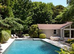 Casa de campo dos anos 1960 ganha integração com o jardim