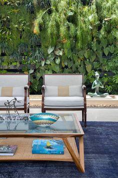Sala integrada com jardim vertical e espelho d´agua: Salas de estar modernas por Amanda Miranda Arquitetura