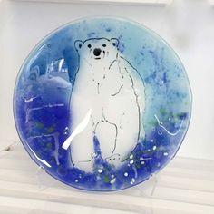 "Fused glass - 24 cm bowl with ""powder-painted"" polar bear. Glasfad med isbjørn lavet med glaspulver (Bullseye)"