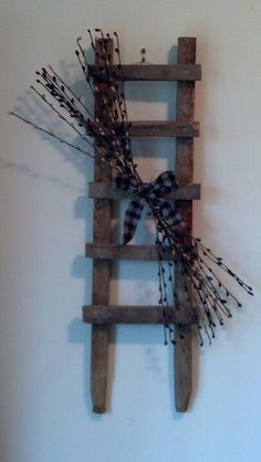 Ladder Decor - the Possibilities Are Endless Country Crafts, Country Decor, Farmhouse Decor, Barn Wood Crafts, Wooden Crafts, Rustic Ladder, Ladder Decor, Primitive Crafts, Country Primitive