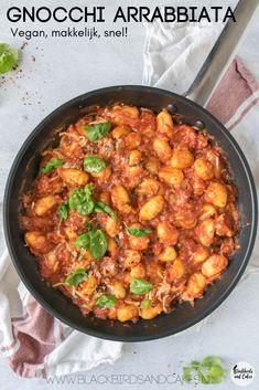 Vegane Gnocchi mit Arrabbiata-Sauce - Famous Last Words Easy Healthy Recipes, Healthy Cooking, Vegetarian Recipes, Easy Meals, Cooking Bacon, Vegan Gnocchi Recipe, Vegan Pasta, Vegan Food, Vegan Diner