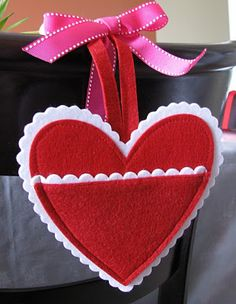 adorable felt Valentine's Heart chair pocket -- need to make these for the kids- turned out cute.  Mom and Dad write sweet notes each morning leading up to Valentines