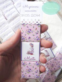 Las bolsitas de chocolatinas personalizadas son el regalo ideal para los invitados en bautizos, cumpleaños, primera comunión, boda. Las chocolatinas se personalizan al gusto del cliente para cualquier evento. Hay bolsitas con 2,3, 4 o 5 minichocolatinas. También se pueden entregar las chocolatinas personalizadas sueltas Baptism Craft, Eucharist, First Communion, Scrapbook Albums, Baby Names, Confetti, Diy Gifts, Tea Party, Baby Shower