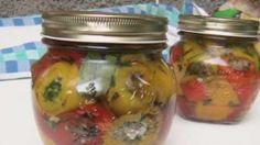 Rotolini di peperoni ripieni sott'olio Pickle Jars, Romanian Food, Italian Cooking, Chutney, Pickles, Cucumber, Cooking Recipes, Cooking Ideas, Veggies