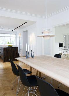 Spiseafdelingen er indrettet med klassikere som PH5-pendel fra Louis Poulsen og plaststole designet af Ray og Charles Eames, fundet hos Paustian. Alle møblerne passer perfekt til husets linjer og modernistiske tanker. Selve spisebordet i lysnet egetræ er fra det danske firma One Collection