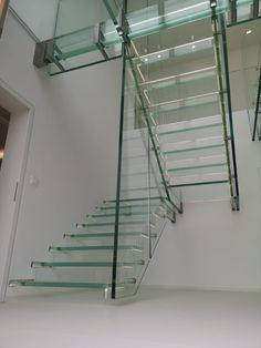 Schwebende Ganzglastreppe ohne das sie den Boden berührt... gibts gar nicht? Gibt es doch! www.sillertreppen.com Glass Stairs, Floating Stairs, Stainless Steel Staircase, Cantilever Stairs, Modern Stairs, Modern Glass, Staircase Design, Modern Architecture, Houses
