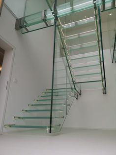 Schwebende Ganzglastreppe ohne das sie den Boden berührt... gibts gar nicht? Gibt es doch! www.sillertreppen.com