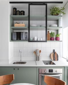 Apartamento de 30 m² tem espaço para tudo (Foto: Evelyn Müller ) Let us see Small Kitchen Ideas and Designs. Kitchen Ikea, Home Decor Kitchen, Rustic Kitchen, Interior Design Kitchen, New Kitchen, Kitchen Cabinets, Kitchen Modern, Kitchen Industrial, Kitchen Lamps
