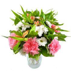 Изумительное трио розовых гвоздик, белых ромашковых хризантем и оранжевых альстромерий смотрится ярко и женственно. Букет миниатюрный, классической круглой формы, с обилием зелени, оттеняющей цветы.