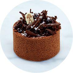 Charlotte aux 3 chocolats Biscuit Joconde, croustillant praliné, crémeux chocolat, mousses aux trois chocolats, copeaux de chocolat