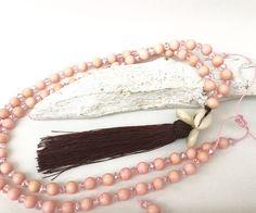 Ketten lang - lange Kette, Holzperlen rosa, Muscheln - ein Designerstück von moanda bei DaWanda