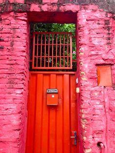 Colorido portón de un barrio