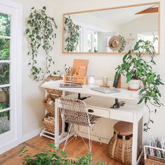 ✨🌿🧡 Cutest Boho Home Office 🧡🌿✨ . ✨🌿🧡 Cutest Boho Home Office 🧡🌿✨ . Home Office Space, Home Office Design, Home Office Decor, Tiny Office, Small Home Design, Cottage Office, Small Office Decor, Apartment Office, Garden Cottage