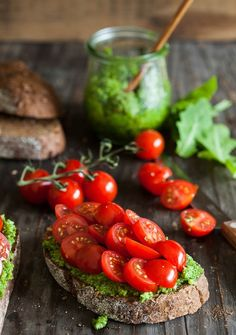 Pão, molho pesto e tomates cereja.