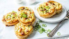 Små terter med egg og bacon 20 Min, Brie, Salmon Burgers, Cheddar, Baked Potato, Bacon, Salads, Eggs, Breakfast