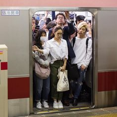 Bored commuters on the Tokyo subway. Reminiscent of the London Underground tube trains packed like sardines in a can. Tokyo Subway, London Underground Tube, Le Vent Se Leve, Tube Train, People Crowd, Tokyo Tower, Foto Art, Urban Life, Tokyo Japan