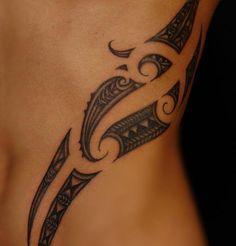 Polynesische Maori Tattoos für Frauen - Idee an den Rippen