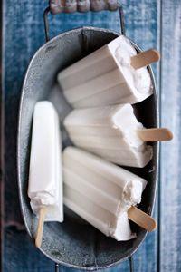 Vegan ice cream with coconut milk - Easy And Healthy Recipes Coconut Popsicles, Mantecaditos, Good Food, Yummy Food, Vegan Ice Cream, Ice Cream Recipes, Frozen Treats, Frozen Yogurt, Food Hacks