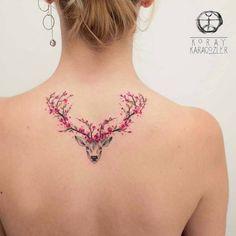 tattoo bedeutung, frau mit tattoo am rücken, hirsch mit gewieh aus kirschblüten #beautytatoos