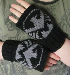 OH, these are gorgeous! I want!!!  S.H.I.E.L.D. fingerless gloves Avengers Shield fan art ready to ship