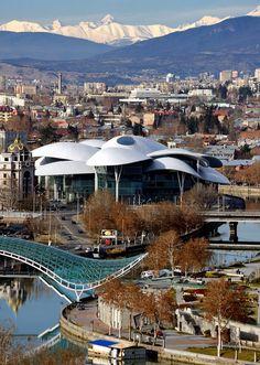 old tbilisi.//Tbilissi est la capitale de la République de Géorgie. S'étendant sur les rives de la rivière Koura, son nom dérive de l'ancien géorgien Tp'ilisi. Wikipédia