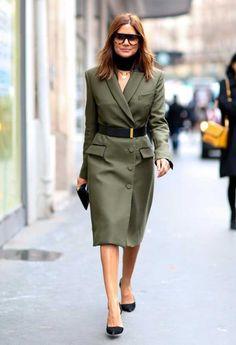 Christine Centenera usa cinto sobre vestido blazer