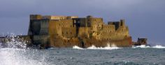 Sull'antico Isolotto di Megaride sorge maestoso il Castel dell'Ovo, dalla cui sommità si gode uno splendido panorama sul golfo di #Napoli. #Naples