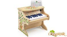 Gyönyörű hangja van a zongorának. Elektronikus zongora, elemmel működik. Ki- és bekapcsolható, 4 színes kottával. A színek a kottákban és a zongorán a billentyűk felett a hangjegyeket jelölik, így a gyermek kottaismeret nélkül is le tudja játszani a dallamokat. Kis mérete miatt (33cm) nem nagy helyet foglal a gyerekszobában. A zongorán 18 billentyű található, amin már sok egyszerű dallam lejátszható. Piano, Music Instruments, Musical Instruments, Pianos