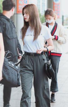 Twice-Sana 180915 Gimpo Airport to Japan Fashion Idol, Fashion Tag, Kpop Fashion, Daily Fashion, Fashion Outfits, Kpop Outfits, Korean Outfits, Trendy Outfits, Korean Airport Fashion