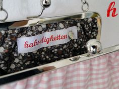 Ein niedliches kariertes Tascherl mit blumigen Innenfutter.  Wählen Sie die für Sie geeignete Kette/Henkel.  Innen ist das HABSELIGKEITEN-Logo ...