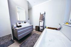 Fugenlose Wandverspachtelung mit Designbelags-Fußboden. Dazu eine Duschnische und farblich abgestimmte Santiärmöbel. #badezimmer #modern #fugenlos #badewanne Bad Inspiration, Bathtub, Bathroom, Bath Tube, Full Bath, Bathing, Standing Bath, Washroom, Bathtubs