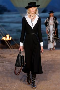 The complete Christian Dior Resort 2018 fashion show now on Vogue Runway. Dior Fashion, Fashion 2018, Fashion Week, Love Fashion, Runway Fashion, Fashion Show, Womens Fashion, Fashion Design, Fashion Trends