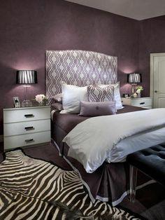 tapis zebre dans la chambre coucher avec murs violets linge de lit violet