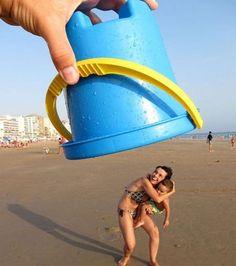 Cette femme à la plage à l'air de se faire capturer par ce seau photographié en perspective