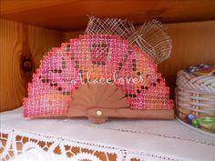 A Bobbin Lace Lover: Abanico Rosa de Encaje de Malla Bordada
