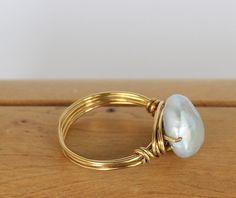 ✨This magnífico natural luz gris agua dulce perla del grano está envuelto en alambre de latón que complementa los demás colores perfectamente. Como llevas el anillo, dependiendo de la luz, podrás ver los tonos iridiscentes magníficos de la perla brillante en usted, lo que es una llamativa pieza de declaración.  Debido a la naturaleza de las piedras/perlas en los anillos de alambre envuelto, por favor, ten en cuenta que cada piedra/grano pueden variar un poco de la foto (un poco más grande o…