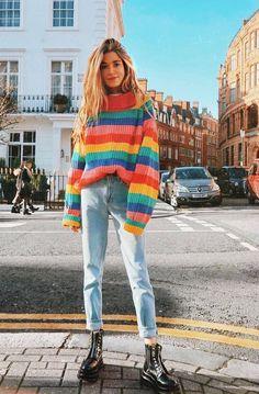 Rainbow Fever! Suéter com listras coloridas, arco-íris, coturno preto