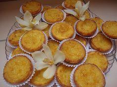 400g de açúcar. 125g de farinha. 3 ovos. 75g de manteiga. 0,5l de leite. 1 casquinha de limão. Açúcar em pó para polvilhar (opcional)  Ferva o leite com a casca de limão (não esquecendo de retirar a casca). Misturar o açúcar e a farinha... Tart Recipes, Sweet Recipes, Snack Recipes, Dessert Recipes, Cooking Recipes, Pumpkin Cinnamon Rolls, Portuguese Recipes, Beignets, Biscuits