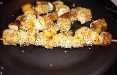Régime Dukan (recette minceur) : Brochettes de poulet et tofu satay. N'étant pas au régime, je remplace l'arôme cacahuète par de vraies cacahuètes non salées et réduites en poudre au mixeur. Délicieux !