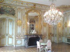 Hôtel du Rond Point, construit en 1874 dans le style néo-Louis XV pour Félicie Sabatier d'Espeyran par l'architecte Henri Parent aujourd'hui connu comme l'Hôtel Dassault, Rond Point des Champs Elysées - в Paris, France