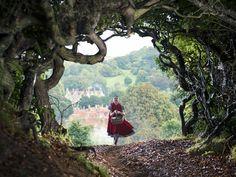 """La actriz de Broadway Lilla Crawford interpreta a Caperucita Roja en """"Into the Woods"""", una mirada..."""