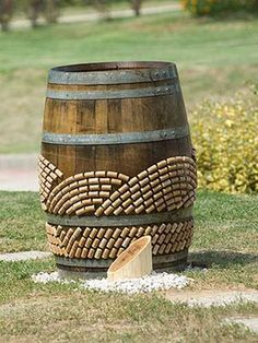 20 Creative Ideas for Interior Decorating with Wine Bottle Corks Love the wine barrel décor! I may have to do this to our wine barrel table! Wine Craft, Wine Cork Crafts, Wine Bottle Crafts, Bottle Art, Diy Cork, Wine Cork Art, Wine Cork Projects, Barrel Table, Wine Bottle Corks
