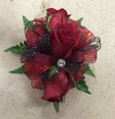 Triple red rose with black, burgundy and red glitter ribbon and jewel accent. Black Corsage, Red Corsages, Prom Corsage And Boutonniere, Flower Corsage, Corsage Wedding, Wedding Bouquets, Crosage Prom, Homecoming Flowers, Homecoming Corsage